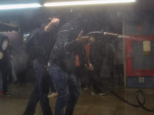 Confusão na estação de Metrô Consolação faz PM retirar manifestantes do local (Foto: Victor Moriyama/G1)