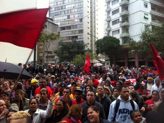 Integrantes do MTST protestam em frente à Câmara de São Paulo. (Foto: Lívia Machado/G1)
