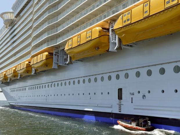 Detalhe da lateral do barco que tem 362 metros de comprimento, 66 de largura e 72 de altura (Foto: Jean-Fraçois Monier/AFP)