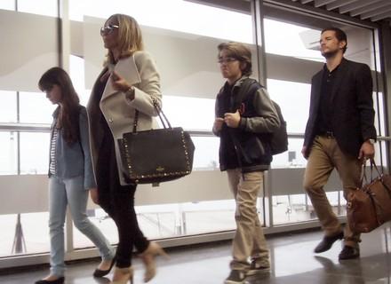 Cora e Vitor se preparam para embarcar com as crianças para os EUA