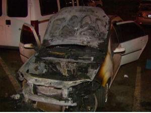 Carro e ônibus foram incendiados entre a noite de domingo e madrugada desta segunda  (Foto: Reprodução / RPCTV)