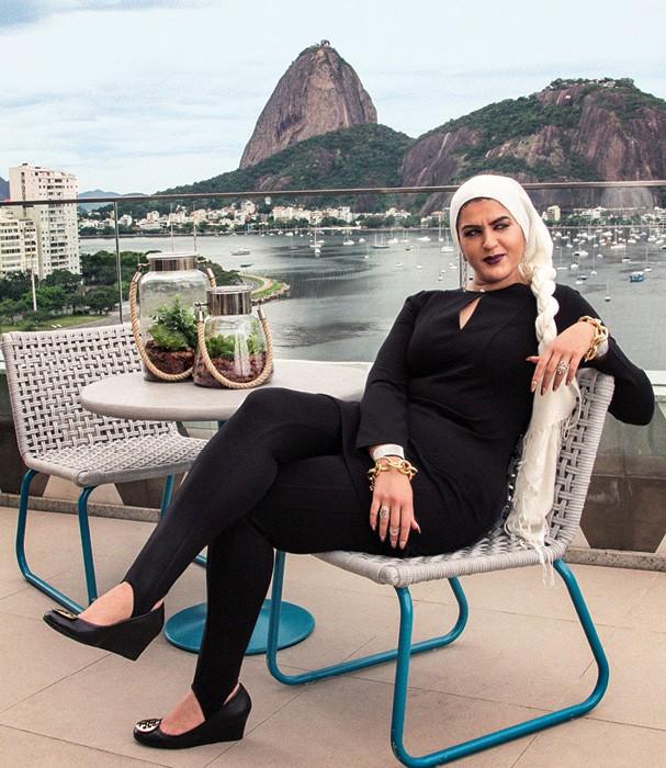 Amani veio ao Brasil dar uma palestra no Wired Festival e se encantou com a vista do hotel Yoo2, no Rio Lenço Scotch & Soda, vestido e sapatos Tory Burch, calça Diesel,  joias H.Stern  (Foto: Sofie Mentens)