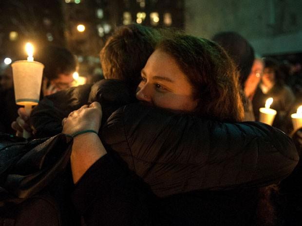 Fãs de Philip Seymour Hoffman se abraçam durante vigília em homenagem ao ator em Nova York na noite desta quarta-feira (5) (Foto: D Dipasupil/Getty Images/AFP)