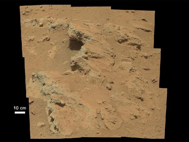 Cientistas estão analisando o formato do conglomerado de rocha, primeira evidência de água em Marte registrada pelo Curiosity. (Foto: Nasa/Divulgação)