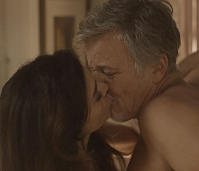 Loretta beija Vittorio (Foto: TV Globo)