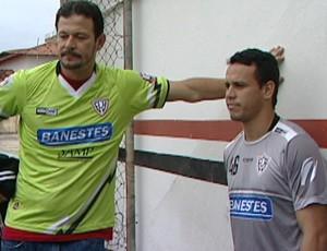 Hiran e Léo Gonçalves, goleiro e volante do Aracruz (Foto: Reprodução/TV Gazeta)