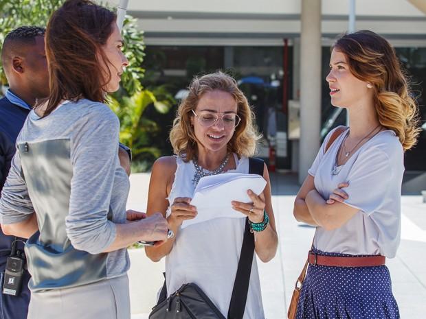 A diretora Ana Paula Guimarães orienta Sílvia Pfeifer e Nathalia Dill (Foto: Artur Meninea/Gshow)