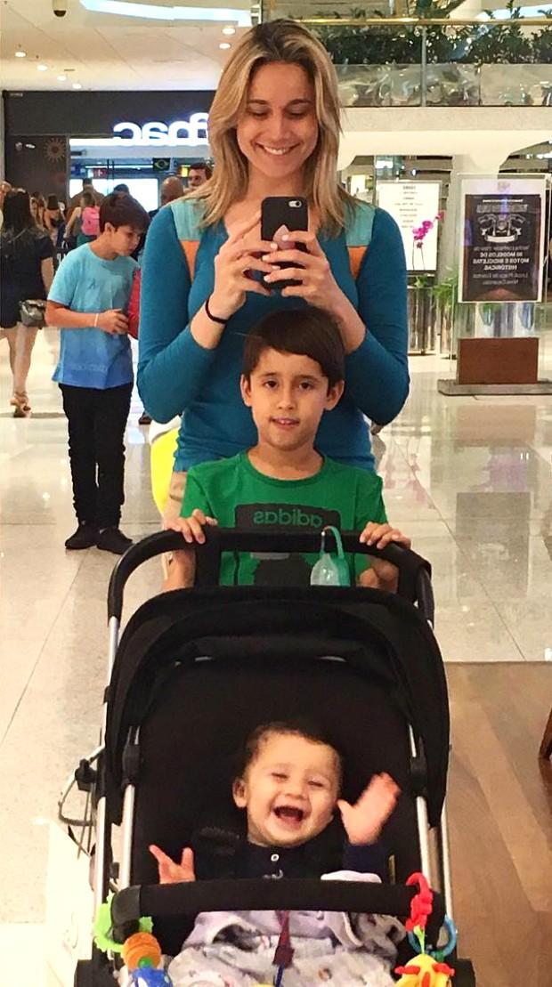 Fernanda Gentil com o afilhado, Lucas, e o filho, Gabriel (Foto: Reprodução / Instagram)