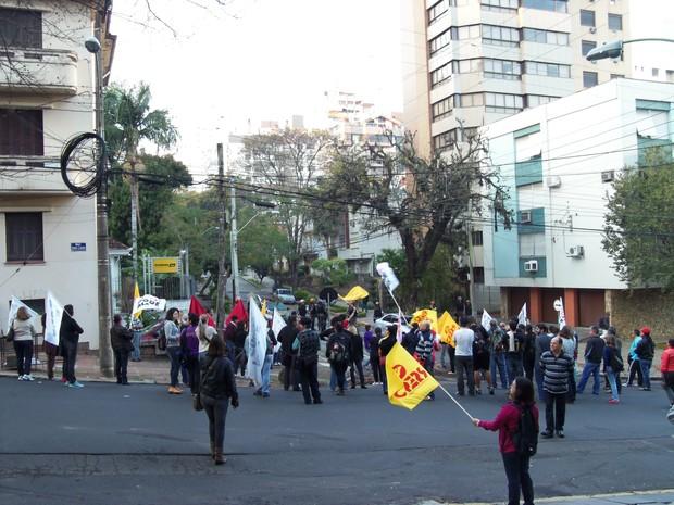 Manifestantes foram até a rua onde mora o governador Tarso Genro (Foto: João Laud/RBS TV)