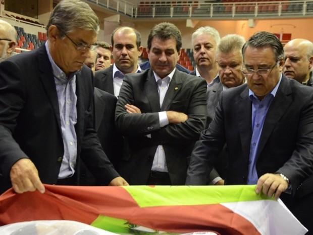 Pinho Moreira e Colombo se despediram de senador na madrugada desta segunda (11) (Foto: Jaqueline Noceti/Secom)