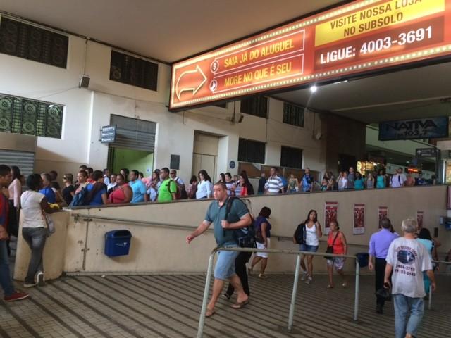 Reajuste de ônibus foi mal recebido por passageiros da Central do Brasil, no Centro do Rio (Foto: Matheus Rodrigues/G1)