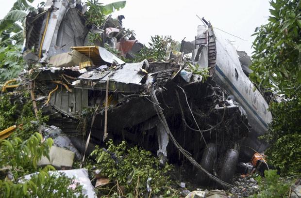 Destroços de avião de carga que caiu no Sudão do Sul são vistos nesta quarta-feira (4) perto de Juba (Foto: Reuters)