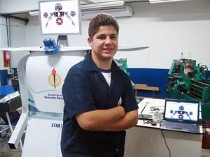 Rayllonn é o criador do robô Droidnet (Foto: Divulgação)