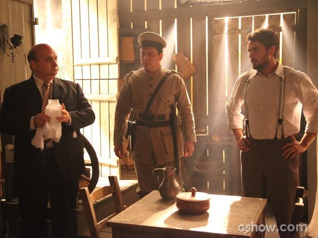 Viktor e Mundo ficam muito perto de encontrar a ruiva (Foto: Carol Caminha/TV Globo)