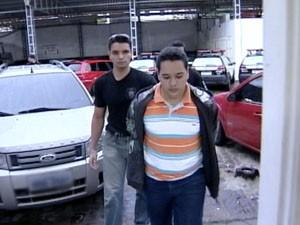 Amigo da namorada do suspeito também foi preso. (Foto: Reprodução/TV Gazeta)