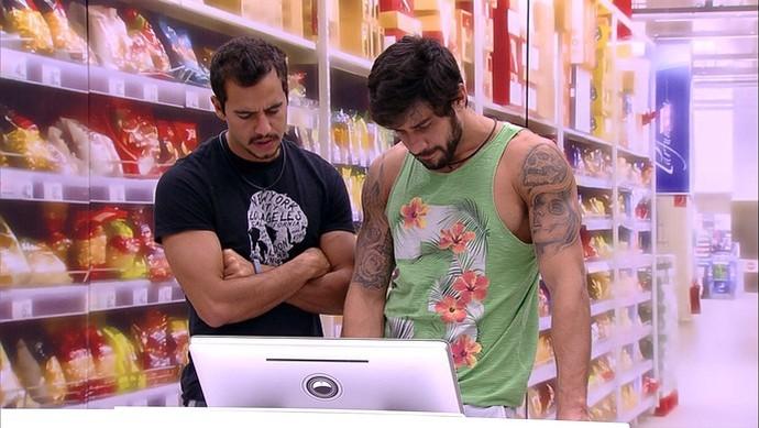 Matheus e Renan comprar churrasco com estalecas que sobraram (Foto: TV Globo)
