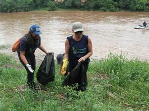 Moradores limparam a margem do Rio Piracicaba na manhã deste sábado (Foto: Paulo Silva/Paulinho Fotos)