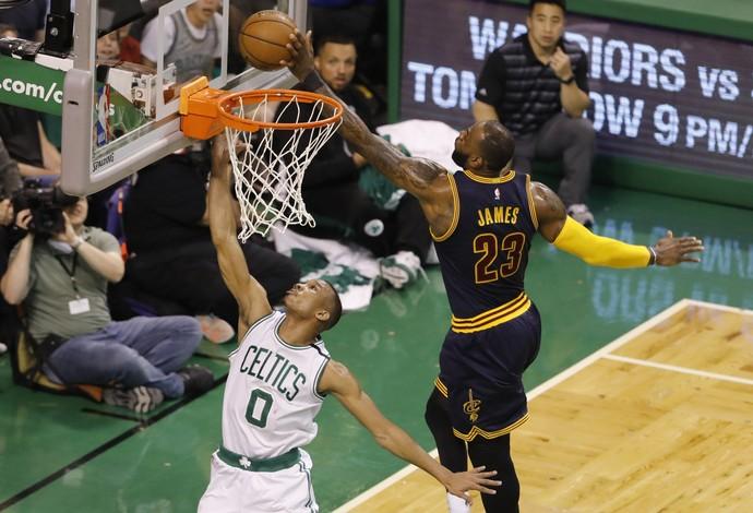 LeBron James dá um belo toco em Avery Bradley (Foto: Reuters)