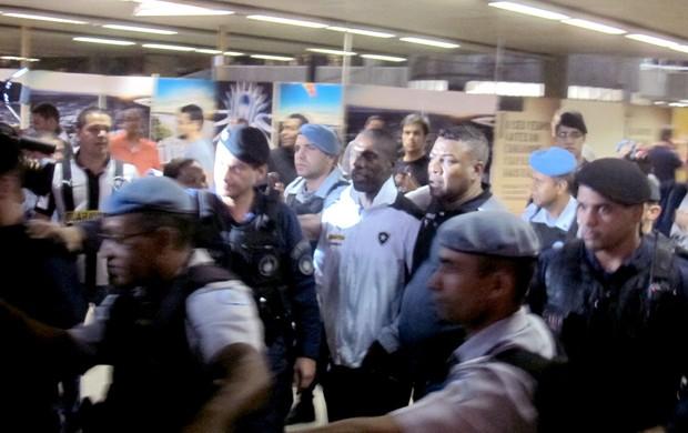 torcida desembarque Botafogo em Brasília (Foto: Fred Huber)