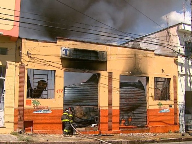 Bombeiro faz trabalho de combate a incêndio em depósito de loja em São João da Boa Vista (Foto: Paulo Chiari/EPTV)