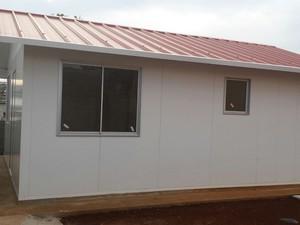 Três casas modulares foram entregues nesta sexta (Foto: Defesa Civil/Divulgação)