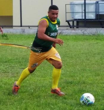 Marquinhos, lateral, e Tonho Cabañas, atacante do Galvez (Foto: Duaine Rodrigues)