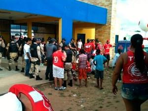 Torcedores americanos foram baleados antes do jogo entre América e Ceará, em Goianinha, RN (Foto: Ricardo Silva)