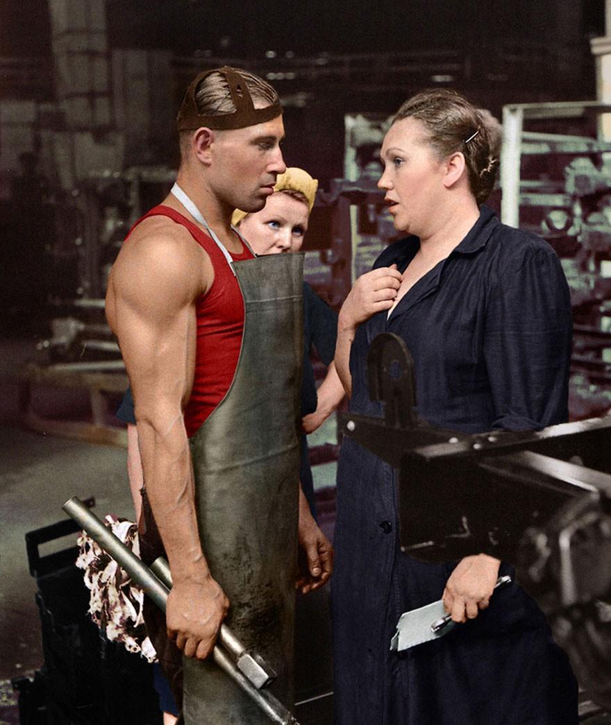 Trabalhador e sua supervisora, numa fabricante de automóveis, em 1954 (Foto: Reprodução)