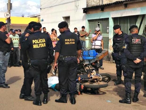Um homem foi morto na tarde desta segunda-feira (31), durante uma tentativa de assalto a uma distribuidora de água, em Porto Velho. Testemunhas relataram à Polícia Militar que o suposto assaltante chegou em uma motocicleta e anunciou o assalto. Um cliente (Foto: Ivanete Damasceno/G1)