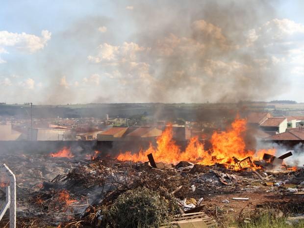 Incêndio em ecoponto mobilizou os bombeiros em São Carlos (Foto: Maurício Duch/Arquivo Pessoal)