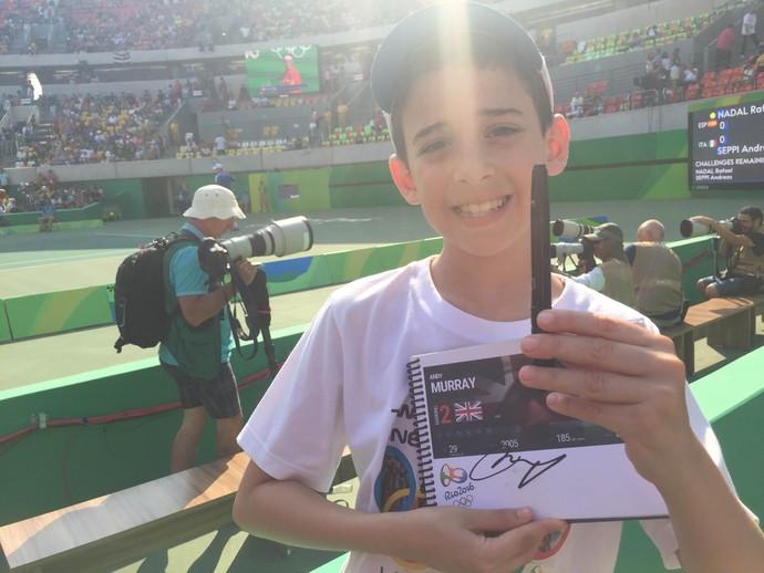 João Victor invadiu a quadra de tênis para tietar Andy Murray e pegar caneta de autógrafo (Foto: Thierry Gozzer)