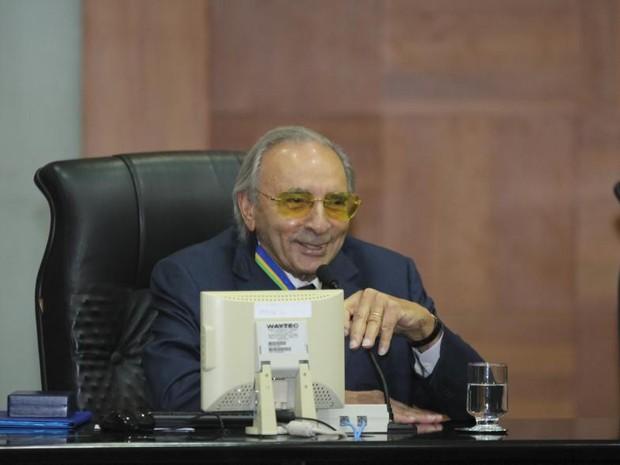 Ueze Zahran recebeu o título de comendador da Assembleia (Foto: Marcos Lopes/ AL-MT)