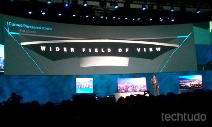 Tela 4K da Samsung é flexível, capaz de ficar reta e curva (Foto: Isadora Díaz/TechTudo)
