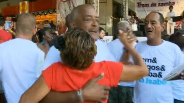 Casal samba na Central do Brasil  (Foto: Reprodução / Globo)
