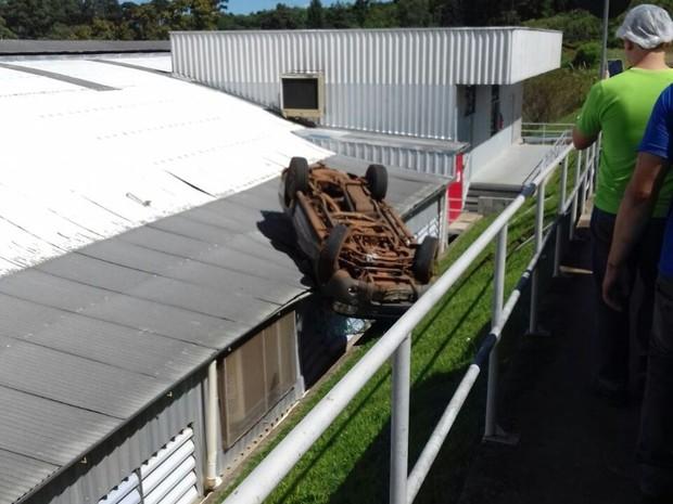Veículo ficou preso entre as telhas e o canteiro da empresa de ráfia (Foto: Corpo de Bombeiros/Divulgação)