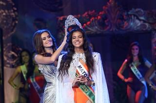 Gabriela Markus coloca a coroa em Jakelyne (Foto: Carol Gherardi/Band/Divulgação)