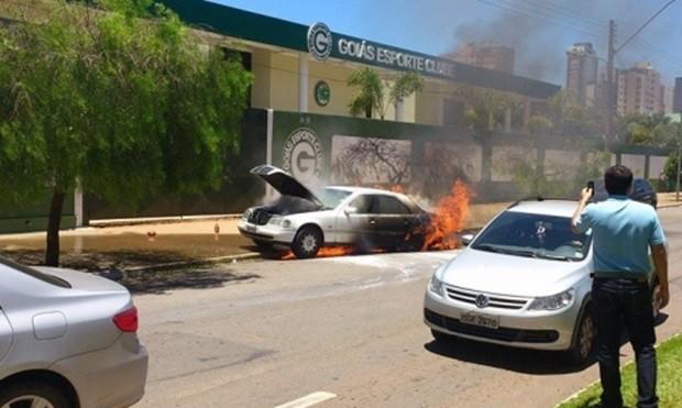 Mercedez-Benz pegou fogo nas proximidades do estádio do Goiás (Foto: Taynara Borges/O Popular)