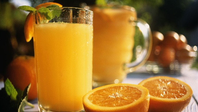Copos de sucos de laranja com frutas (Foto: Getty Images)