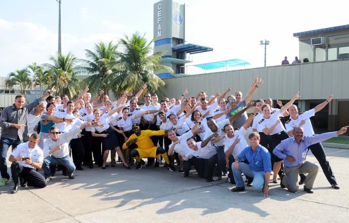 Bolt posa para fotos com militares no Cefan (Foto: Laerte Silva)