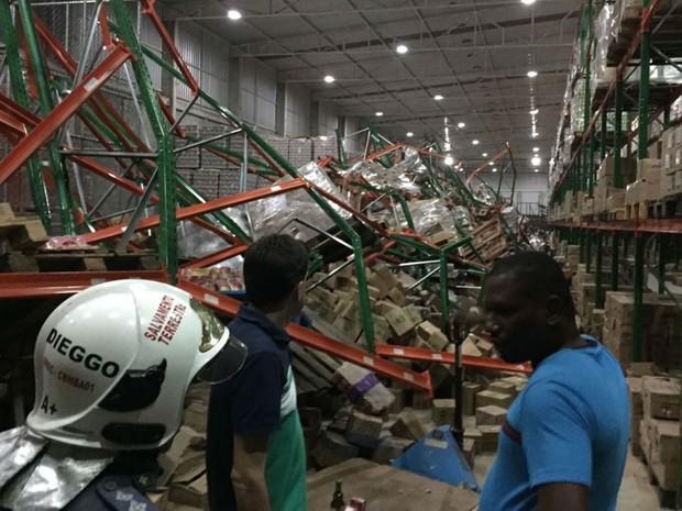 Desabamento em galpão deixou três feridos em Salvador (Foto: Divulgação/Corpo de Bombeiros)