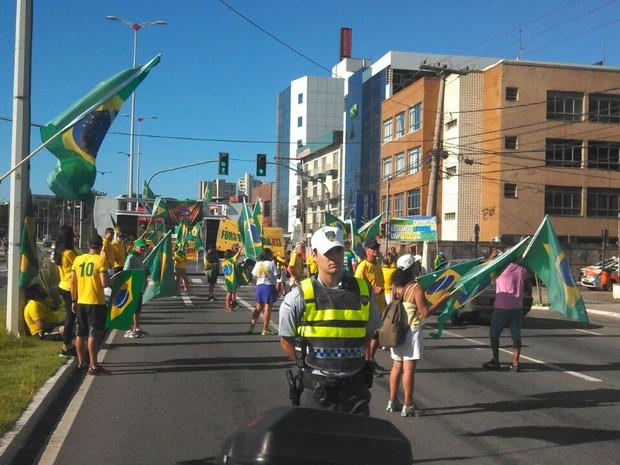 Grupo se espalha na avenida Dante Michelini, em Vitória (Foto: Rafal Silva/ A Gazeta)