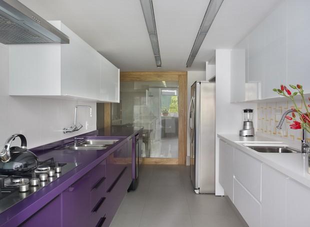 yamagata-arquitetura-leblon-rj-cozinha-balcão-roxo (Foto: Denílson Machado/MCA Estúdio)