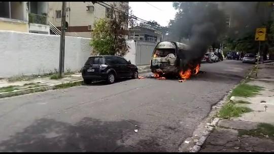 Van escolar pega fogo em rua da Zona Norte do Recife