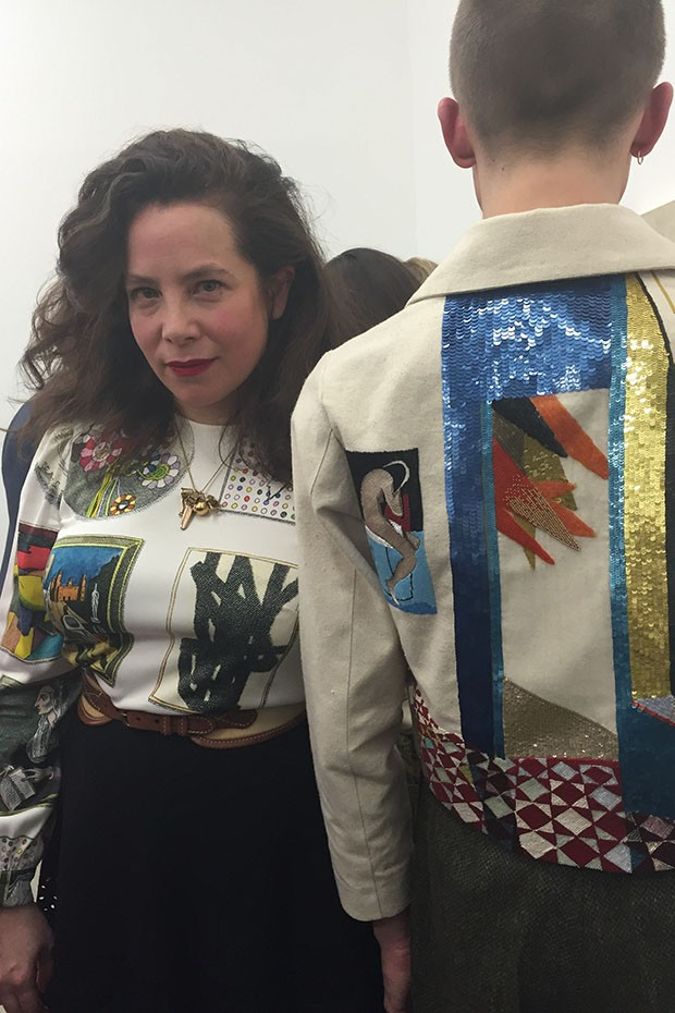 Designer Olympia Le-Tan with a model wearing an embroidered jacket she designed (Foto: @SUZYMENKESVOGUE)