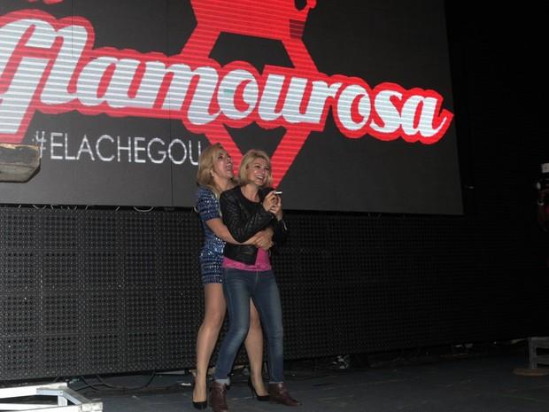Antônia Fontenelle e Verônica Costa em show na Zona Norte do Rio (Foto: Isac Luz/ EGO)