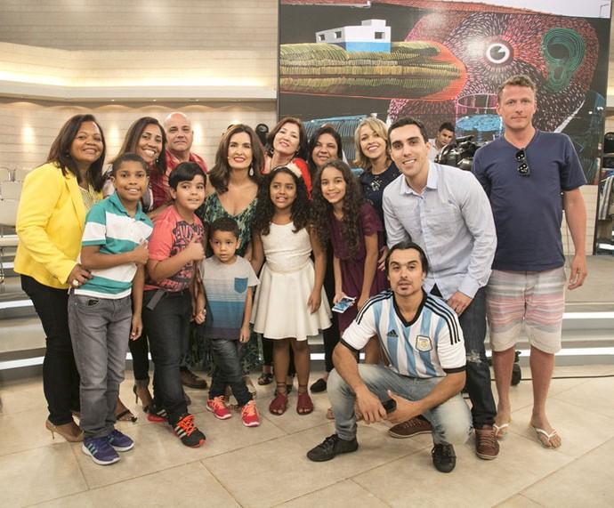 Depois do programa Fátima tira foto com a plateia que participou (Foto: Raphael Dias/Gshow)