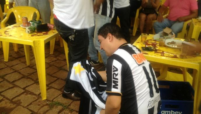 Membro da Galotins se emociona com gol de Ronaldinho no Mundial (Foto: Vilma Nascimento/GLOBOESPORTE.COM)