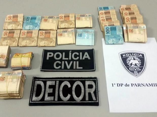 Durante a operação, a Polícia Civil recuperou R$ 37 mil roubados no assalto ao carro-forte (Foto: Divulgação/ Polícia Civil)