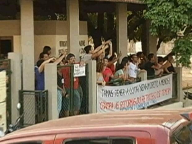 Alunos se desentendem durante na ocupação da Unifesspa, em Marabá. (Foto: Reprodução/TV Liberal)