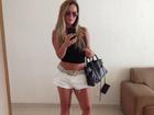 Cristina Mortágua exibe barriga seca e pernas com shortinho e top cropped